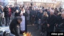 Porodica Olivera Ivanovića i građani Kosovske Mitrovice na mestu gde je Ivanović ubijen