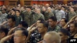 Američke i filipinske vojne snage na ceremoniji u Manili