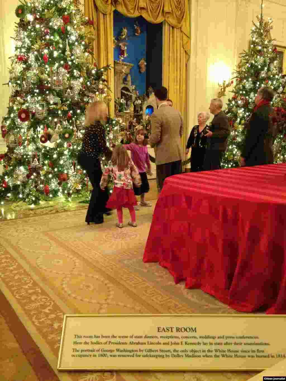 ມຸມນຶ່ງຂອງຫ້ອງໂຖງໃຫຍ່ ກໍ້າຕາເວັນອອກ ຫລື East Room ຂອງທໍານຽບຂາວ (White House Christmas Tour, Dec. 22, 2012)
