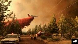 Máy bay chữa cháy rừng tại tiểu bang Oregon.