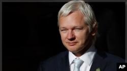 維基解密網站創始人阿桑奇11月2日在倫敦離開法院時說所攝