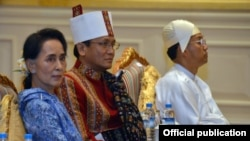 """缅甸新任""""超级部长""""昂山素季(左)在缅甸新政府宣誓就职大典上"""