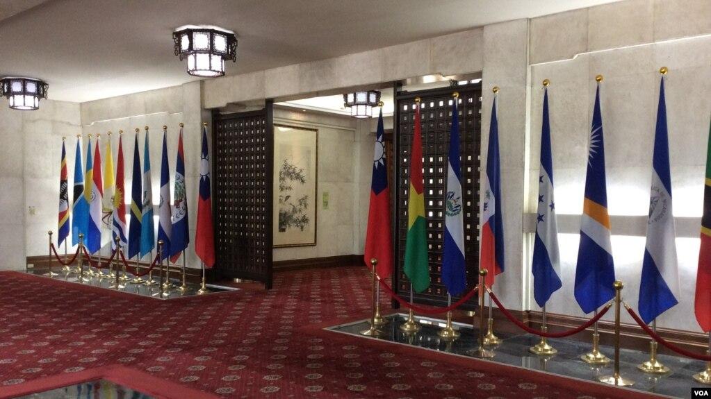 台湾外交部大厅内的邦交国国旗 (2017年6月22日,美国之音记者申华拍摄)
