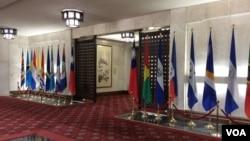 台灣外交部大廳內的邦交國國旗(2017年6月22日,美國之音記者申華拍攝)