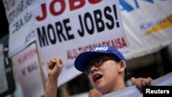 Một người tham gia biểu tình hô vang khẩu hiệu khi hàng nghìn người lao động tuần hành ở phủ tổng thống ở Manila nhân ngày Quốc Tế Lao Động Philippines hôm 1/5/2015.