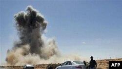 Khói bốc lên sau vụ không kích của máy bay chiến đấu Libya gần một chốt kiểm soát tại thị trấn Ras Lanouf, phía đông Libya, ngày 7/3/2011