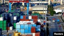 Tumpukan kontainer di Pelabuhan Tanjung Priok di tengah pandemi COVID-19 di Jakarta, 3 Agustus 2020. (Foto: Reuters)