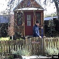 Para pemilik rumah yang berukuran kecil percaya bahwa semakin kecil ukuran rumah, berarti lebih ramah lingkungan.