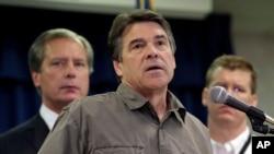 Thống đốc Rick Perry (giữa) nói chuyện tại một cuộc họp báo về vụ nổ nhà máy phân bón ở West, Texas, 18/4/13