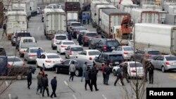 Tài xế xe tải Hàn Quốc quay trở lại xe sau khi bị từ chối nhập cảnh vào khu công nghiệp Kaesong, ngày 3/4/2013.