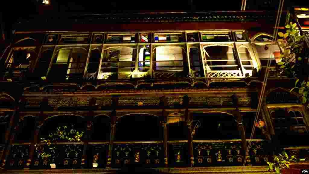 فوڈ اسٹریٹ پر قائم تاریخی گھروں کی تزئین و آرائش خصوصی طور پر کی گئی ہے۔ قدیم جھروکے اپنی اصل حالت میں بحال کیے گئے ہیں۔