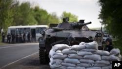 Abasirikare b'igihugu ca Ukraine kuri barriere mu buseruko bwa Ukraine.