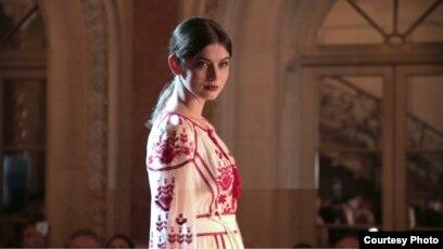 Анна Заячківська під час показу сучасних вишиванок від українських  дизайнерів у Вашингтоні 84aa457efd519
