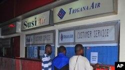 Thân nhân của các hành khách trên chuyến bay mất tích đứng trước quầy của hãng hàng không Trigana tại sân bay Sentani ở Jayapura, tỉnh Papua, ngày 16/8/2015.