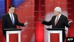 Cựu Thống đốc bang Massachusetts Mitt Romney, trái, và cựu Chủ tịch Hạ viện Newt Gingrich trong 1 cuộc tranh luận tại Florida, 23/1/2012