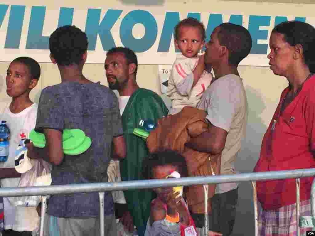 Qaar ka mid ah muhaajiriinta Eritrea oo maanta la geeyay Talyaaniga