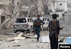 ຕຳຫຼວດ ອັຟການິສຖານ ຄົນໜຶ່ງກຳລັງແລ່ນໃນລະຫວ່າການຍິງກັນ ຢູ່ຕໍ່ ໜ້າກົງສຸນ ອິນເດຍ ໃນເມືອງ Jalalabad ອັຟການິສຖານ. 2 ມີນາ 2016.