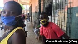 Cidadãos com máscara em São Tomé e Príncipe