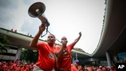Para pemrotes pro-pemerintah berkaos merah, meneriakkan slogan dalam aksi demo mendukung PM Najib Razak di Kuala Lumpur, Malaysia (16/9).