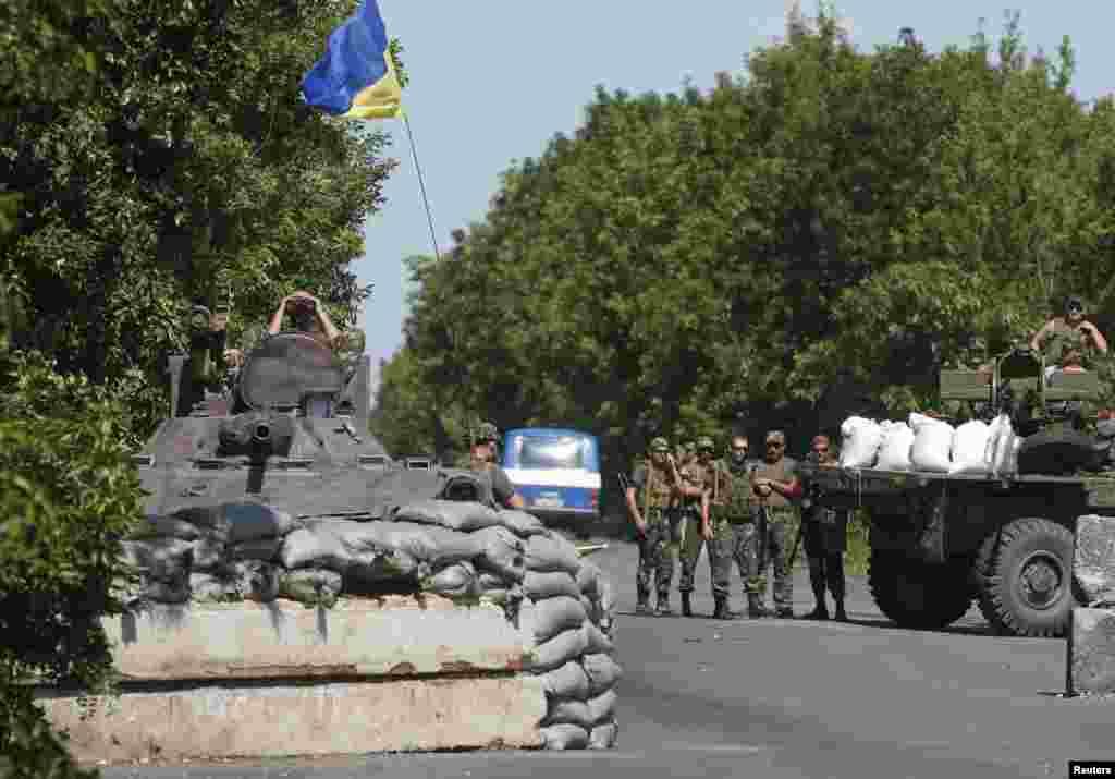 Ukrayna ordusu Donetsk regionunun Amvrosiyevka kəndi yaxınlığında - 5 iyun, 2014