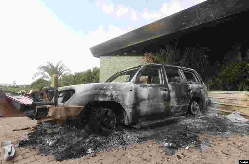 یک اتومبیل سوخته در پارکینگ کنسولگری امریکا در بنغازی که روز 12 سپتامبر هدف حمله مردان مسلح قرار گرفت.
