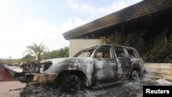 Une voiture incendiée devant le consulat américain de Benghazi