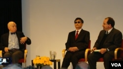 Panel diskusi dengan Chen Guangcheng, dari kiri: Profesor Jerome Cohen, Chen Guangcheng dan Ira Belkin (Foto: dok).