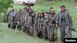 Nhóm chiến binh của Đảng Công nhân người Kurd (PKK) đi bộ đến căn cứ mới của họ ở miền bắc Iraq, ngày 14/5/2013.