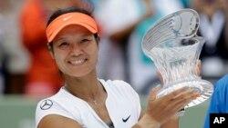 Li Na, cây vợt nữ xếp hạng 6 thế giới theo thống kê của Hiệp Hội Quần Vợt Nữ.