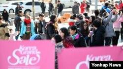 설 연휴 첫날인 지난 6일 코리아그랜드 세일에 들어간 동대문시장이 중국인 관광객들로 붐비고 있다.