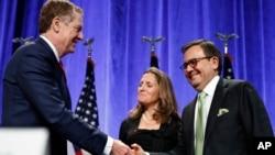 Pejabat perdagangan AS (USTR) Robert Lighthizer (kiri), Menlu Kanada Chrystia Freeland dan Menteri Ekonomi Meksiko Ildefonso Guajardo Villarreal pada pembukaan perundingan NAFTA di Washington DC (16/8).