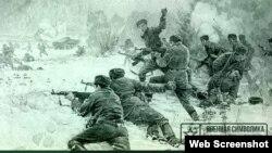 中蘇邊界衝突仍然在俄羅斯社交網絡上被提起。這張在社交網絡上流傳的畫片提到,30名中國軍人越界後,與埋伏在後面的中國軍隊同時開槍射殺蘇軍邊防兵。(網絡截圖)