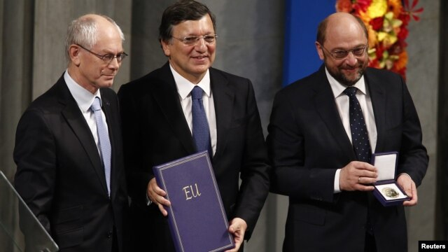 From left: European Council President Van Rompuy, European Commission President Barroso, and European Parliament President Schulz with the Nobel diploma, Oslo, Dec. 10, 2012.
