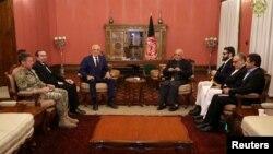 រូបឯកសារ៖ ប្រធានាធិបតីអាហ្វហ្គានីស្ថាន Ashraf Ghani (ស្ដាំ) និងលោក Zalmay Khalilzad ប្រេសិតពិសេសរបស់សហរដ្ឋអាមេរិកសម្រាប់កិច្ចចរចាសន្តិភាពអាហ្វហ្គានីស្ថាន ជួបគ្នានៅទីក្រុងកាប៊ុល។