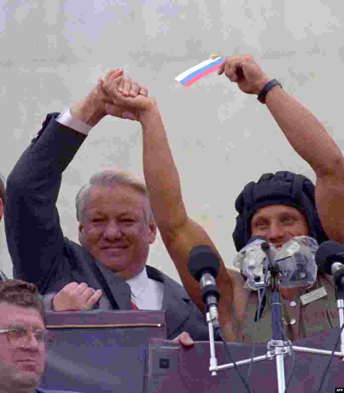 Борис Ельцин на митинге 22 августа у российского парламента