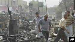 폭탄공격 현장을 살피는 바그다드 시민들