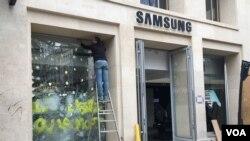 تعمیر پنجره های شکسته در خیابان «شانزلیزه» پاریس ادامه دارد. چهارماه بعد از اعتراضات، دولت فرانسه هنوز قادر به توقف این اعتراضات نبوده است.