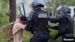 La police française appréhende un jeune homme lors d'une manifestation contre la proposition de loi du gouvernement à Nantes, France, le 26 mai 2016