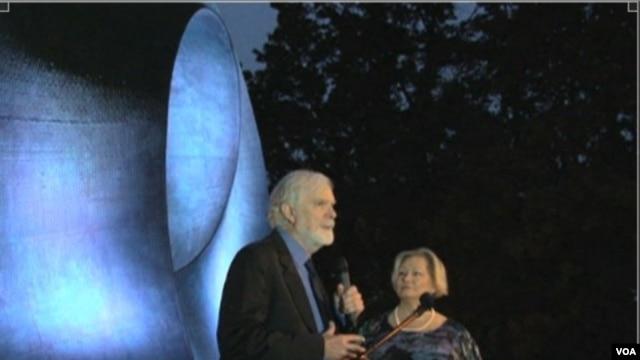 Helaman Ferguson at the dedication of his sculpture, Umbilic Torus SC, at Stony Brook University near New York City. (VOA/D. Schrier)