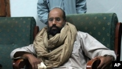 지난 2011년 반군에 체포된 뒤 모습이 공개된 사이프 가다피 (자료사진)
