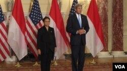 Menlu Indonesia Retno Lestari Marsudi bersama Menlu Amerika John Kerry di Washington DC, Senin pagi 21/9 (VOA/Eva Mazrieva)