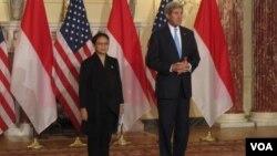 Menlu Indonesia Retno Lestari Marsudi (kiri) bersama Menlu Amerika John Kerry di Washington DC, Senin pagi 21/9 (VOA/Eva Mazrieva)