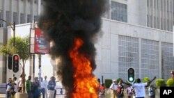 Un feu allumé par un manifestant dans la rue à Lilongwe, le 20 juillet 2011