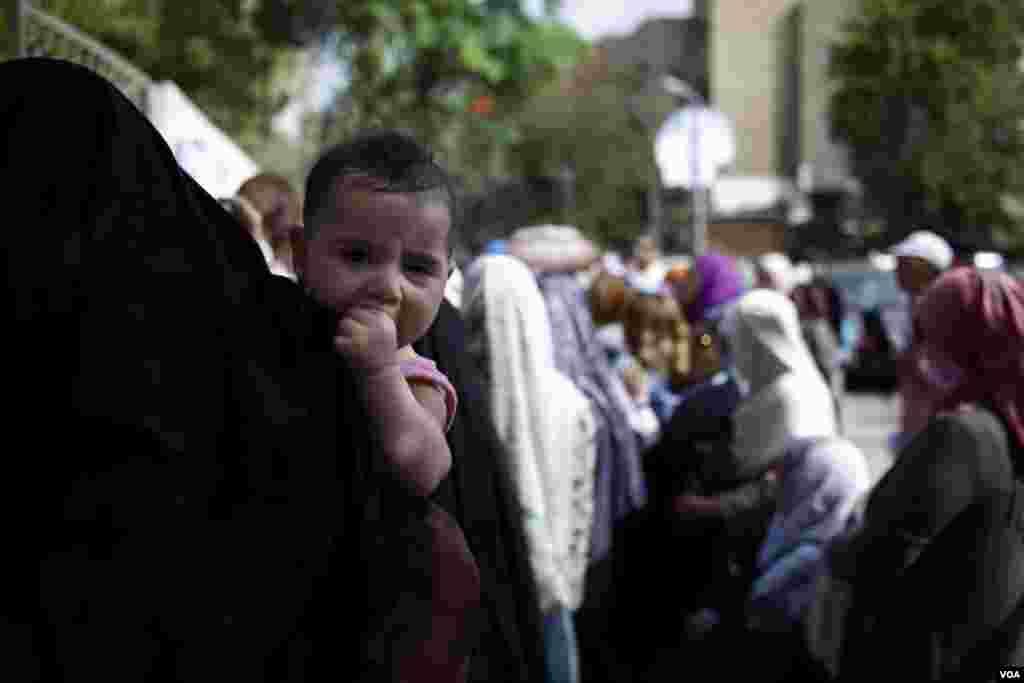 Žene u velikom broju glasaju u Kairu (Y. Weeks/VOA)