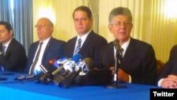 """El presidente de la Asamblea Nacional de Venezuela, Henry Ramos Allup dijo a la prensa en la OEA que si su país estalla """"lo sentirá toda la región""""."""