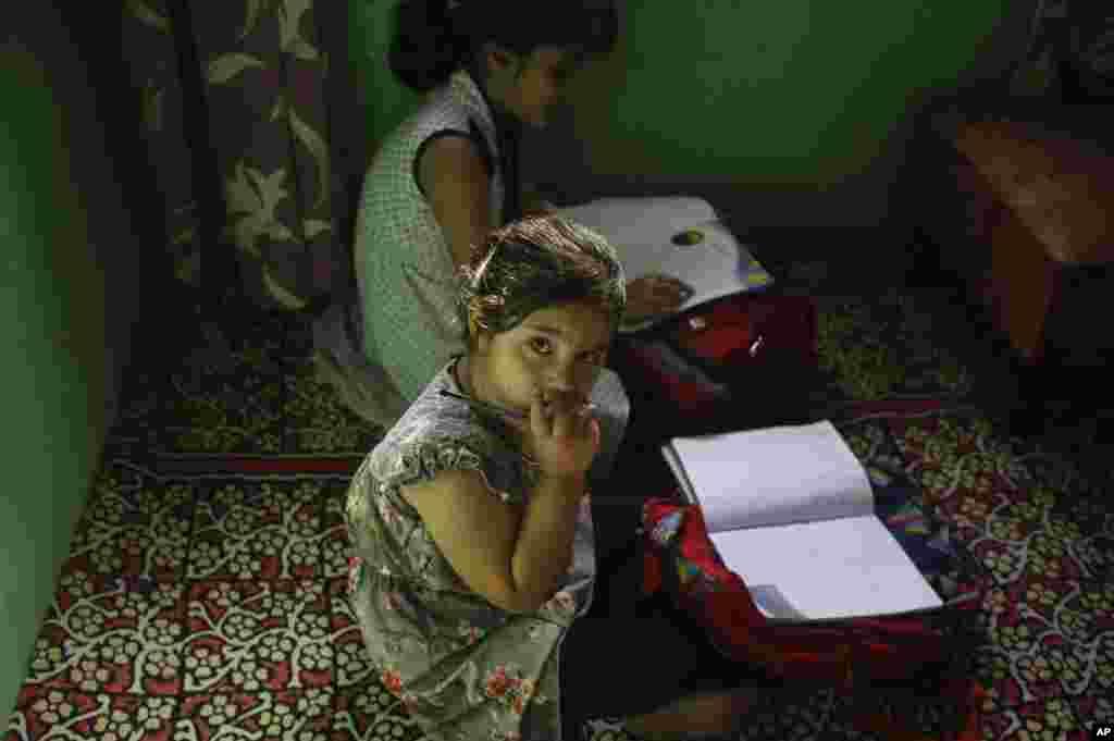 کشمیر هنوز دستخوش تنش است. نگاه یکی از شاگردان کلاس خصوصی در سرینگار، کشمیر به دوربین عکاس خبرنگار اسوشیتدپرس.