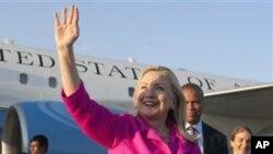 美国国务卿克林顿11月30日抵达缅甸,受到缅甸外交部官员的欢迎