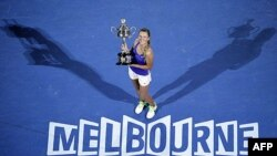Viktorija Azarenka pozira sa peharom namenjenom pobednici prvog grand slem turnira u sezoni