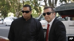Drummer AC/DC Phil Rudd (kanan) tiba di pengadilan di Tauranga, Selandia Baru (21/4). (AP/Nick Perry)