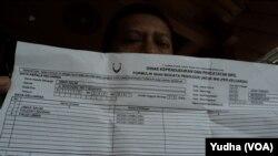 Petugas kelurahan menunjukkan data warganya di Kartu Keluarga terkait WNI yang hilang di Turki, 7 Maret 2015 (Foto: VOA/Yudha)